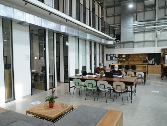 """ההאב הטכנולוגי Hubazelet שהוקם באזור. משרד ב-1,300 שקל בחודש"""" / צילום: איל יצהר"""