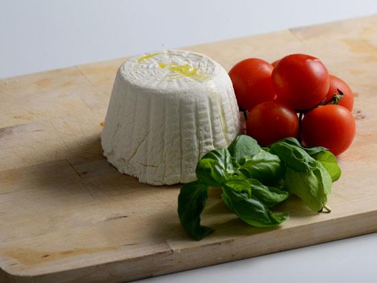 אימג'נדיירי. גבינה מחלב מתורבת / צילום: איל יצהר