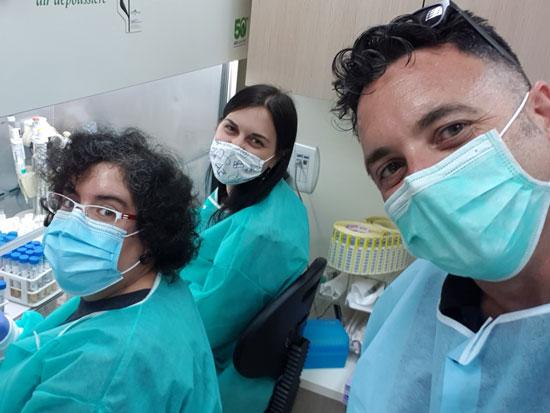 """וגמן (מימין), פולצ'ק וד""""ר דורין בן צבי במעבדה. בקרוב יחלו להטמיע את המוצר במערכת הבריאות / צילום:צביקה וגמן"""