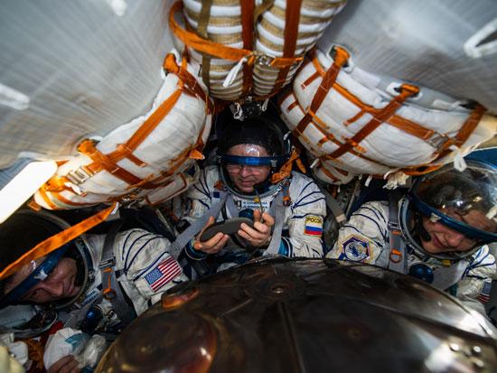 """אסטרונאוטים בדרכם חזרה מתחנת החלל. נאס""""א לא מתחילה מאפס / צילום: רויטרס"""