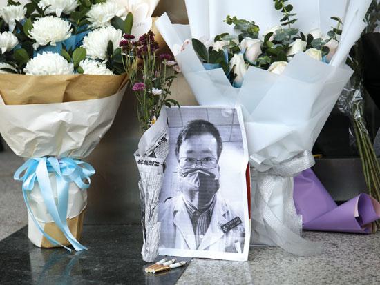 "הנצחה לד""ר לי וונליאנג שניסה להתריע מפני הנגיף / צילום: רויטרס"