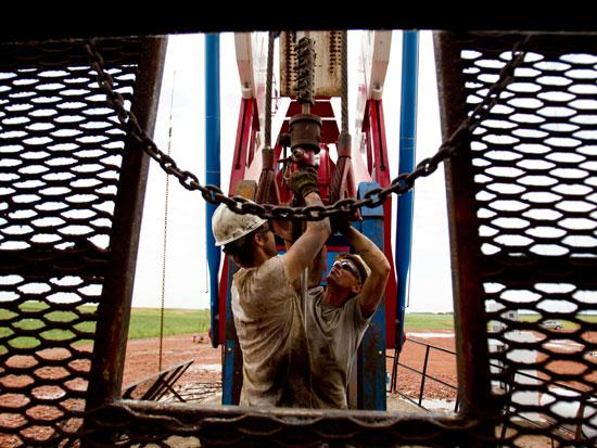 עובדים באתר לקידוח נפט / צילום: AP - Gregory Bull