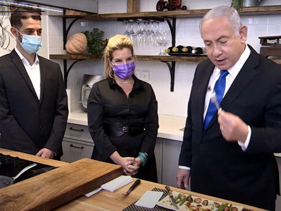 נתניהו טועם בשר מתורבת, החודש. לא פחות מארבע חברות ישראליות מייצרות בשר במעבדה / צילום מסך מתוך יוטיוב
