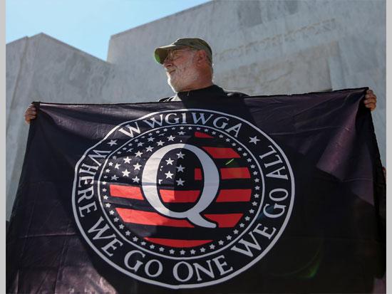 """הפגנה של תומכי QAnon בעצרת באורגון. מאמינים שבעוד רגע תהיה """"ההתעוררות הגדולה"""", שבה כל הקנוניה תיחשף / צילום: רויטרס -  Abigail Dollins"""