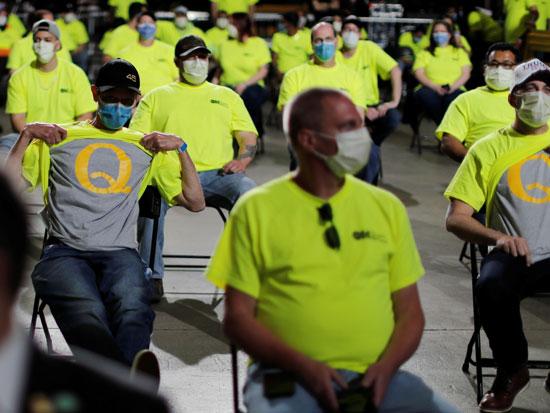 עובדי חברת הפצת ציוד רפואי חושפים חולצות עם האות Q במהלך ביקורו של טראמפ, אלנטאון, פנסילבניה / צילום: רויטרס -  Carlos Barria
