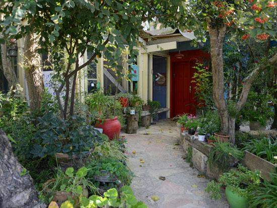 הבית והמסעדה טובלים בירק ובבוסתן שמסביב / צילום: איל יצהר