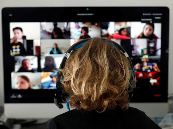 """לימודים בזום. """"אם רוצים לנהל משהו אפקטיבי אונליין זה חייב להיות בקבוצות קטנות"""" / צילום: רויטרס - Albert Gea"""