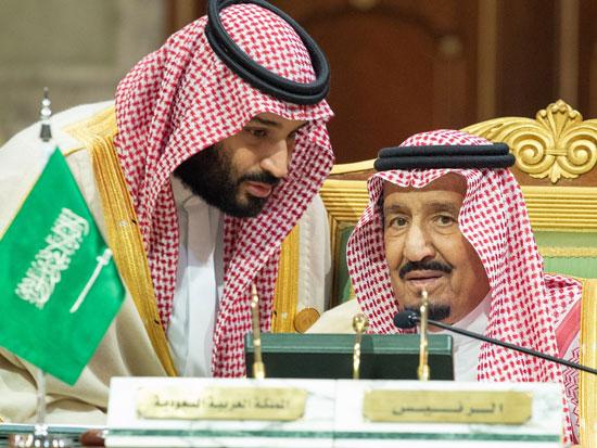 המלך סלמאן לצד הנסיך מוחמד. העניק לבנו סמכויות בלתי רגילות בתחום הביטחון / צילום: רויטרס - HANDOUT