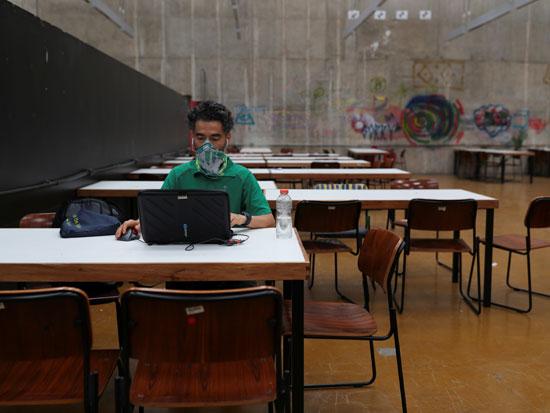 """סטודנט בברזיל. """"בדידות הפכה לתכונה המגדירה של זמננו אפילו יותר"""" / צילום: רויטרס - AMANDA PEROBELLI"""