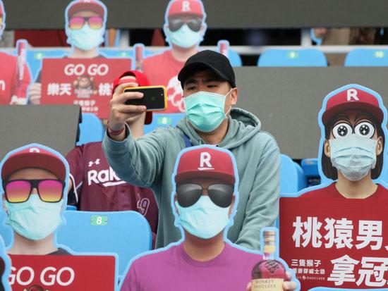 אזרחים בטייוואן במהלך הקורונה / צילום: רויטרס - Ann Wang