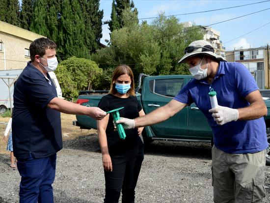 """מימין: אלון זס""""ק מהמשרד להגנת הסביבה, השרה גילה גמליאל וראש העיר רמי גרינברג. מכינים מלכודת ניטור לטרמיטים לפני ההטמנה / צילום: איל יצהר"""