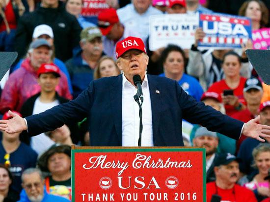 טראמפ בקמפיין מ־2016. יותר מ־100 אתרי חדשות שתומכים בו צמחו בעיר ולס לקראת הבחירות / צילום: Brynn Anderson - AP