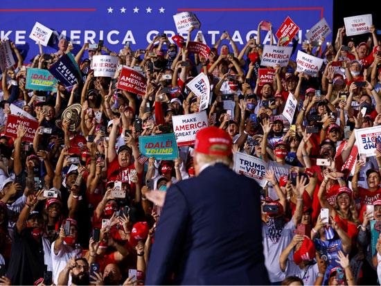 """טראמפ בעצרת בחירות בפלורידה. """"בודדים נוטים להצביע לפופוליסטים ימנים כי הם מספקים להם קהילות אקסקלוסיביות"""" / צילום: רויטרס - CARLOS BARRIA"""