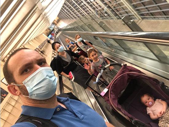 משפחת דניאל בשדה התעופה / צילום: נטע מידד
