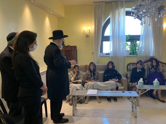 הרבנית שרה פרידמן (יושבת שנייה מימין) מקבלת ביקור תנחומים / צילום: יוסי אליטוב