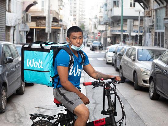 שליח של וולט ברחובות תל אביב / צילום: כדיה לוי