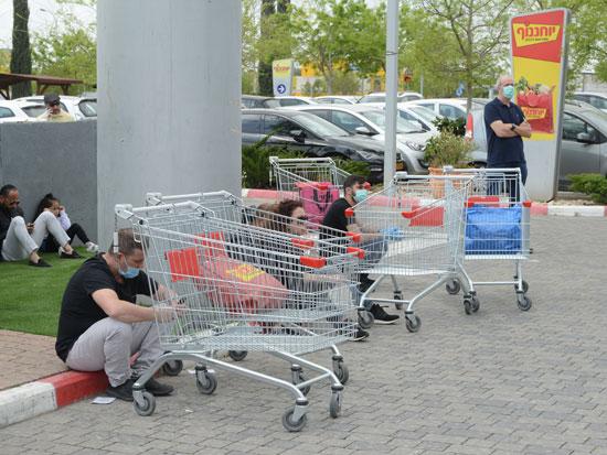 """קונים מחוץ לסופר של יוחננוף במהלך הקורונה. """"אנשים פחדו והעדיפו לשלם 20% יותר בחנויות העירוניות"""" / צילום: איל יצהר"""