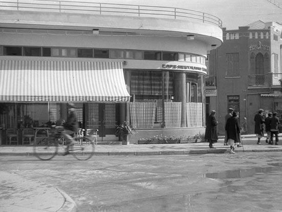 קפה ספיר, רחוב ביאליק, תל אביב 1932 / צלם: זאב אלכסנדרוביץ'