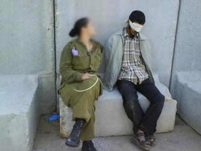 חיילת עם פלשתינים / צלם: אתר פייסבוק