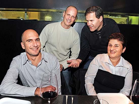 סמדר ברבר צדיק, גיל סמסונוב, יגאל שמיר, אסי כהן, חגיגת הקמפיין של הבנק הבינלאומי / צלם תמר מצפי
