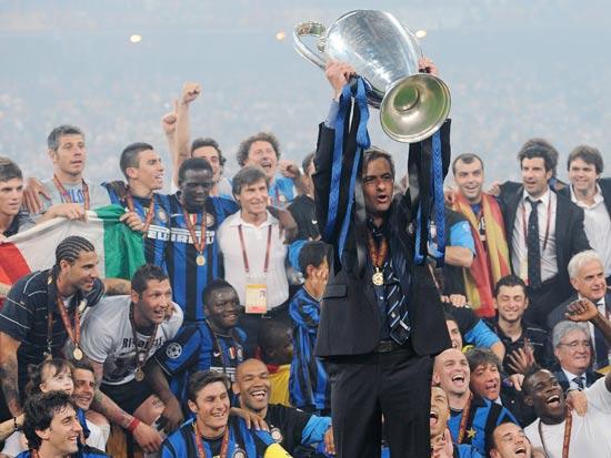 ז'וזה מוריניו מניף את גביע ליגת האלופות עם אינטר / צילום: רויטרס