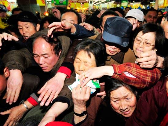 סינים מסתערים לקנות מלח - / צילום: רויטרס