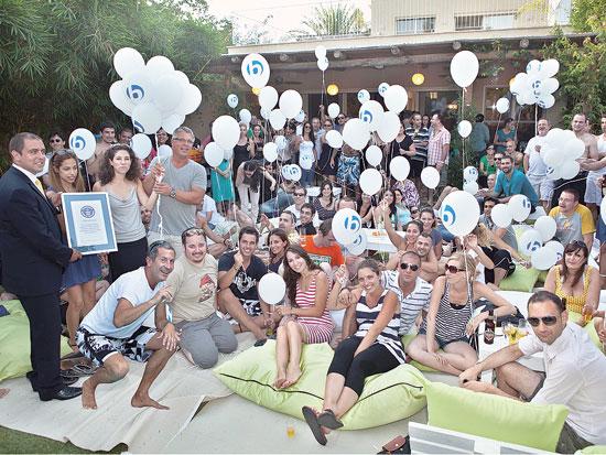 עובדי בבילון חוגגים את זכיית בבילון בפרס גינס כתוכנת התרגום הפופולארית בעולם / צילום: איתן ריקליס
