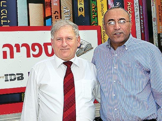 אבירם דהרי, יאיר סרוסי, הספרייה הניידת של בנק פועלים / צלם סיון פרג'