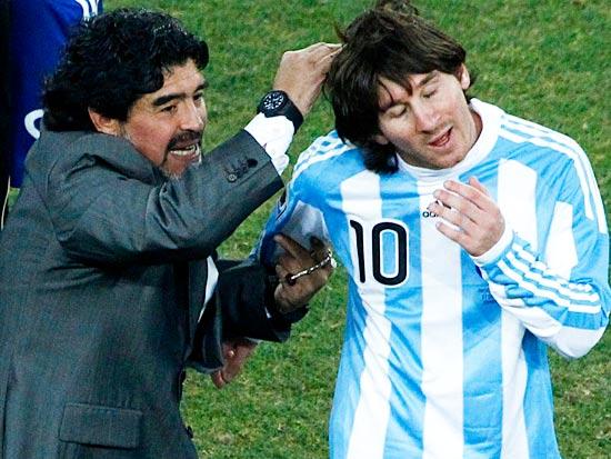 דייגו מראדונה עם ליאו מסי, נבחרת ארגנטינה, מונדיאל 2010 / צילום: רויטרס