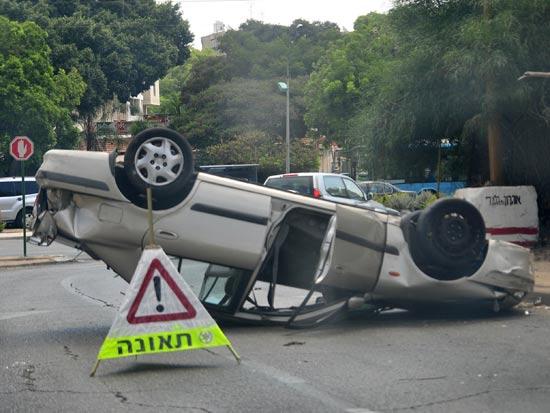 רכב הפוך לאחר תאונת דרכים  / צלם: תמר מצפי