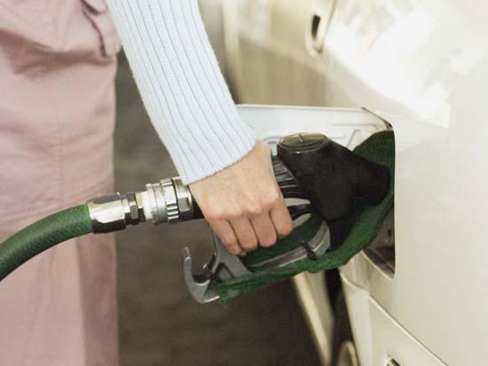תחנת דלק תדלוק בנזין נפט מתדלק / צלם: thinkstock