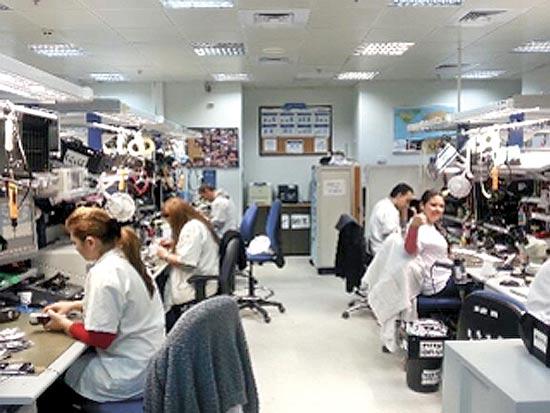 עובדי מעבדה במרכז הלוגיסטי כפי שתועדו על יד ההנהלה
