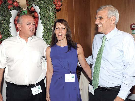יוסי בכר, אורית אלסטר, ראובן שפיגל, הרמת כוסית לשנה החדשה בבנק דיסקונט / צילום: ראובן קסטרו
