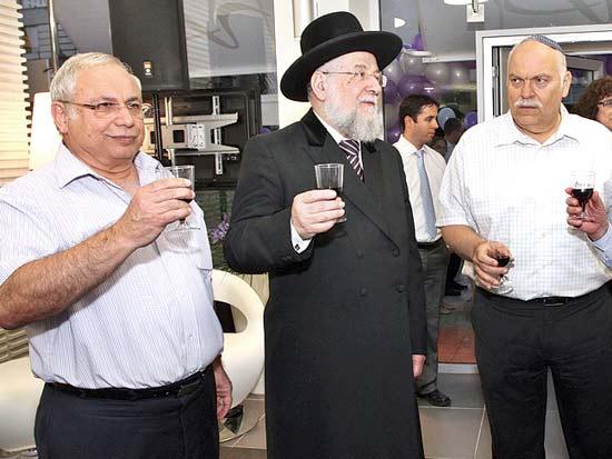 חיים פרייליכמן, הרב ישראל מאיר לאו, זאב אבלס, חניכת סניף אגוד בכיכר המדינה / צילום: יוני רייף
