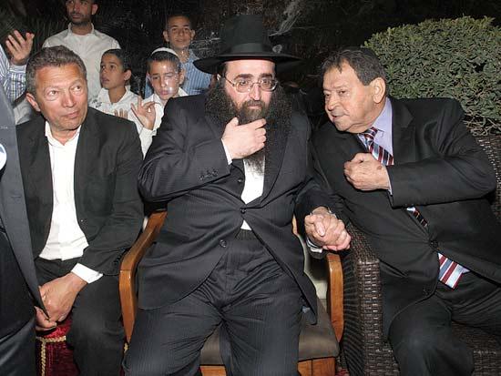 בנימין בן אליעזר, הרב יאשיהו פינטו, ארקדי גאידמק, חוגגים מימונה / צילום:יחצ