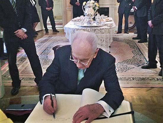 שמעון פרס, חותם בספר האורחים של הבלייר האוס / צילום: חשבון האינסטגרם של הנשיא
