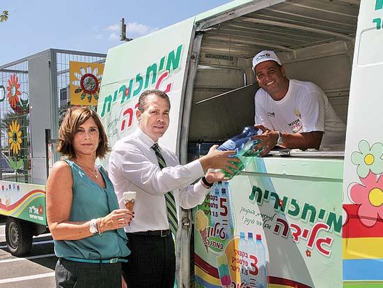 גלעד ארדן, נחמה רונן, מיחזורית הגלידה / צילום: יוני רייף