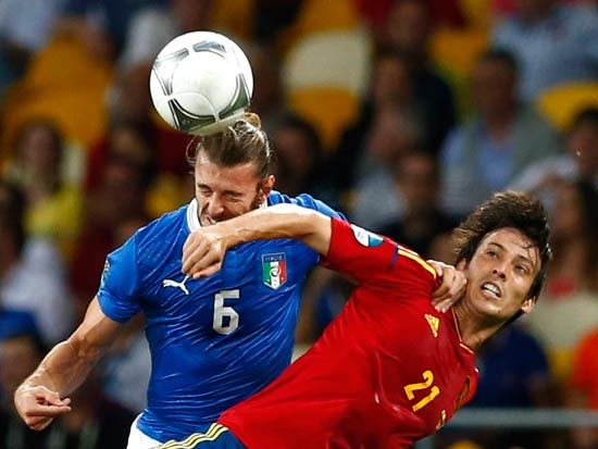 דויד סילבה מנבחרת ספרד נוגח שער בגמר יורו 2012 מול איטליה / צלם: רויטרס