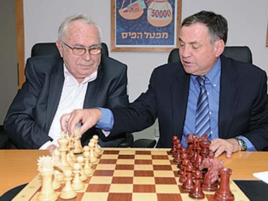 עוזי דיין, תיאודור אור, מפעל הפיס יעניק חסות לאליפות ישראל בשחמט / צילום: שמוליק רחמני