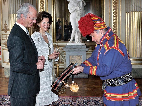 סאמי בלבוש מסורתי עם מלך ומלכת שבדיה / צילום: רויטרס