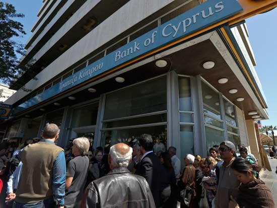 תושבי קפריסין ממתינים לפתיחת הבנקים / צילום: רויטרס