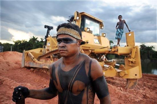 ילידי האמזונס עוצרים פרויקט בנייה בברזיל / צילום: רויטרס