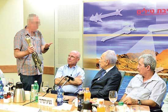 שמעון פרס ואנשי רפאל / צילום: רפאל