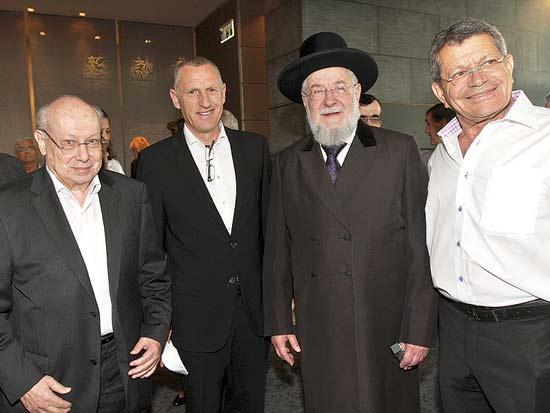 מנחם אורן, ישראל מאיר לאו, ליאור וגרשון זלקינד, קביעת מזוזה מלון רויאל ביץ' ת