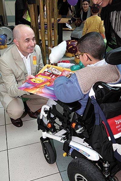 ג'רמי לוין ואחד הילדים / צילום: סיון פרג'