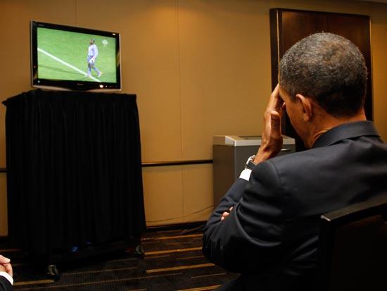 ברק אובמה צופה במונדיאל 2010 / צלם: רויטרס