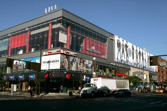 בית הקולנוע של מג'יק ג'ונסון בשכונת הארלם, ניו יורק / צלם: רויטרס