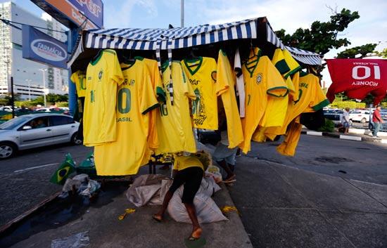 חנות רחוב מוכרת מוצרים של נבחרת ברזיל / צלם: רויטרס