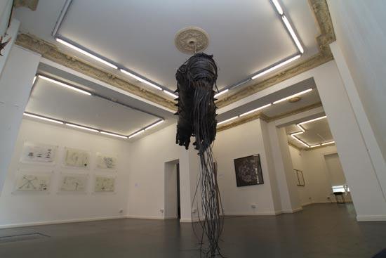 עבודה תלויה מהתקרה של האמנית אבינועם שטרנהיים / צילום: מרב מרודי