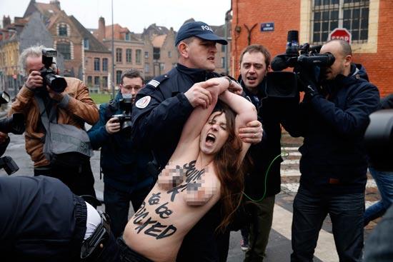 מפגינות נגד דומיניק שטראוס קאהן / צילום: רויטרס